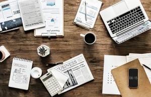Schreibtisch mit Büromaterial