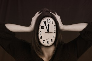 Verzweifelte Frau mit Uhr als Gesicht