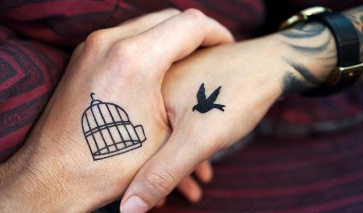 Partner-Tattoo auf Händen, Vogel und Käfig