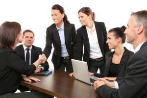 Arbeitskollegen sitzen bei Besprechung