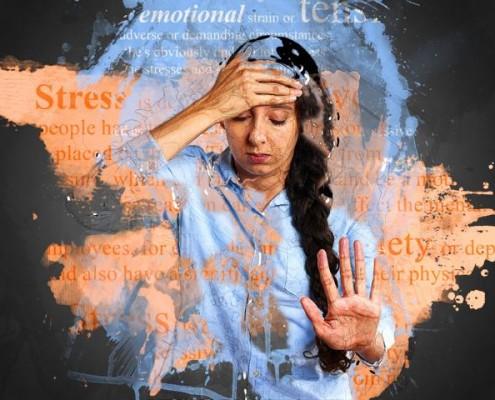 Frau fasst sich verzweifelt an Kopf