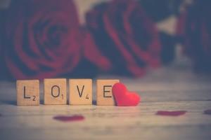 Love auf Holzwürfeln mit Herz