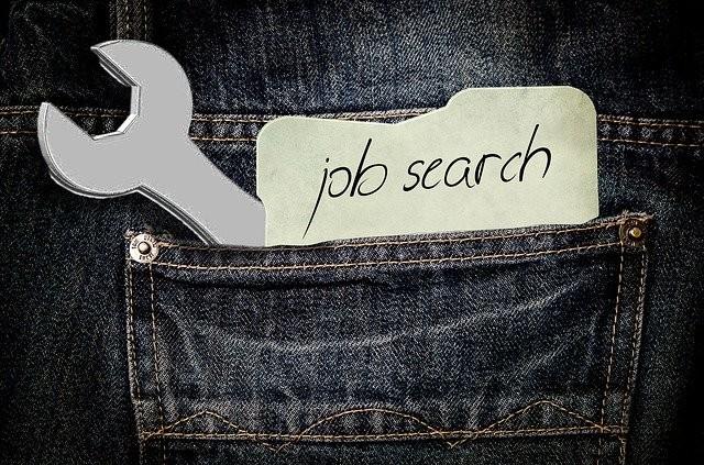 """Zettel mit Schrift """"job search"""" in Hosentasche"""